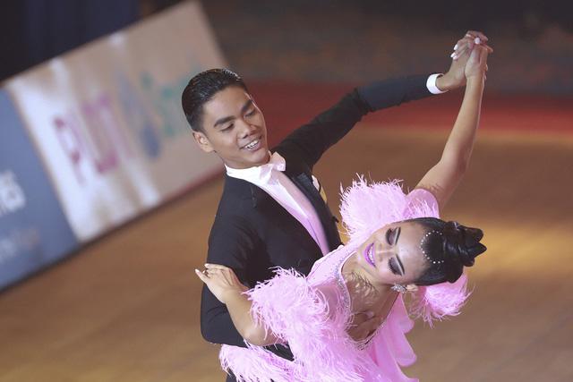 Hút mắt với những bộ cánh sặc sỡ của VĐV Dance Sport tại SEA Games 30 - Ảnh 7.
