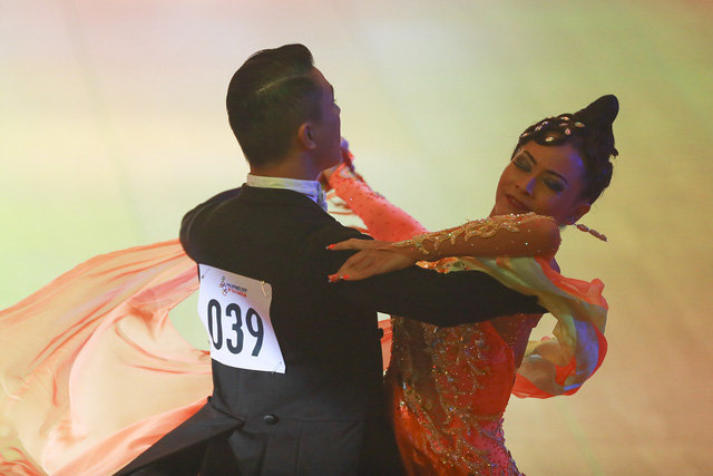 Hút mắt với những bộ cánh sặc sỡ của VĐV Dance Sport tại SEA Games 30 - Ảnh 8.