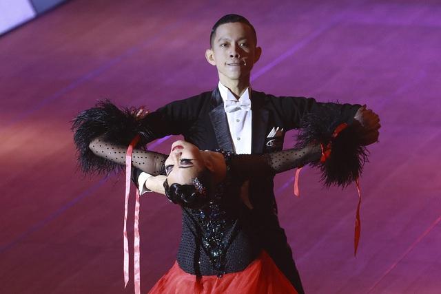 Hút mắt với những bộ cánh sặc sỡ của VĐV Dance Sport tại SEA Games 30 - Ảnh 1.
