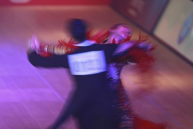 Hút mắt với những bộ cánh sặc sỡ của VĐV Dance Sport tại SEA Games 30 - Ảnh 5.