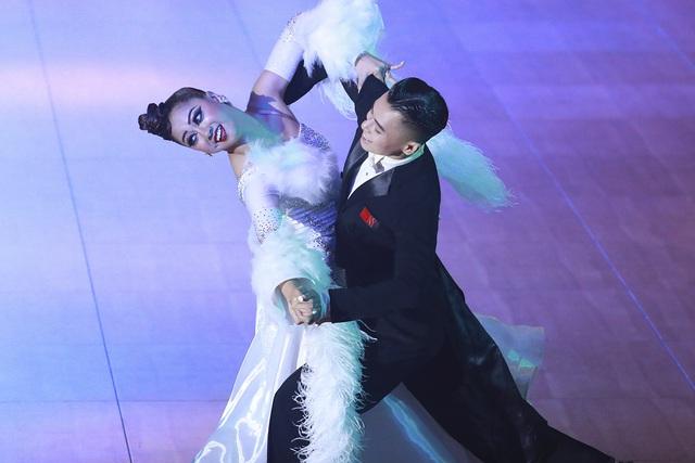 Hút mắt với những bộ cánh sặc sỡ của VĐV Dance Sport tại SEA Games 30 - Ảnh 3.
