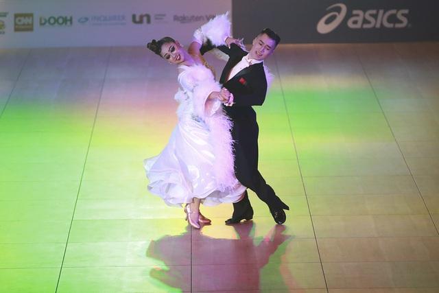 Hút mắt với những bộ cánh sặc sỡ của VĐV Dance Sport tại SEA Games 30 - Ảnh 2.