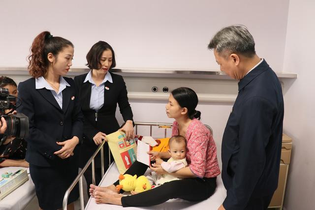Trao quà cho những bệnh nhi mắc bệnh tim bẩm sinh tại Bệnh viện Nhi TƯ - Ảnh 8.