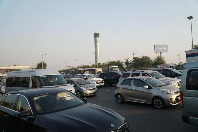 Các CĐV hâm nóng bầu không khí phía ngoài sân bay Nội Bài - Ảnh 2.