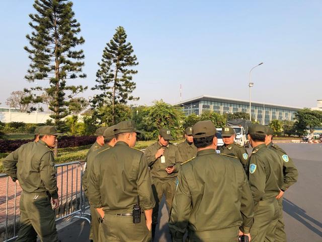 An ninh thắt chặt tại sân bay Nội Bài chờ đón ĐT bóng đá nữ và U22 Việt Nam - Ảnh 3.