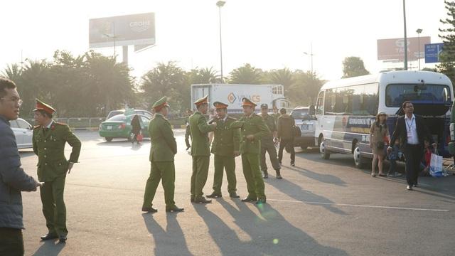 An ninh thắt chặt tại sân bay Nội Bài chờ đón ĐT bóng đá nữ và U22 Việt Nam - Ảnh 4.