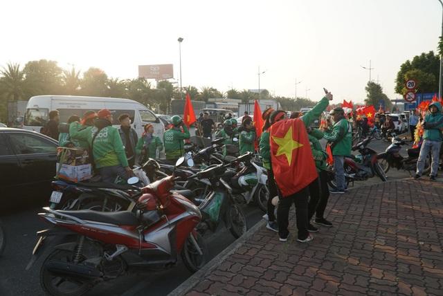 Các CĐV hâm nóng bầu không khí phía ngoài sân bay Nội Bài - Ảnh 1.