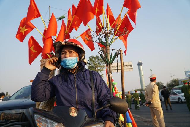 Các CĐV hâm nóng bầu không khí phía ngoài sân bay Nội Bài - Ảnh 8.
