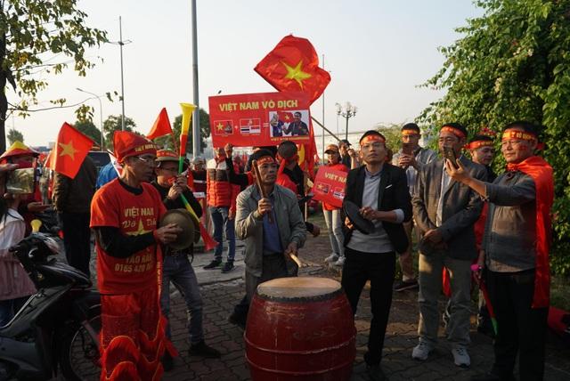 Các CĐV hâm nóng bầu không khí phía ngoài sân bay Nội Bài - Ảnh 4.