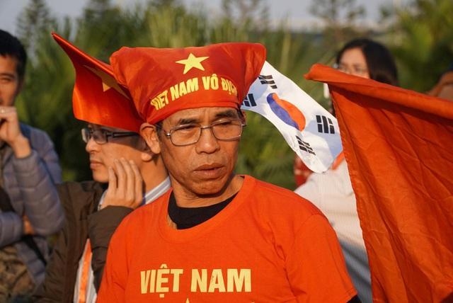 Các CĐV hâm nóng bầu không khí phía ngoài sân bay Nội Bài - Ảnh 6.