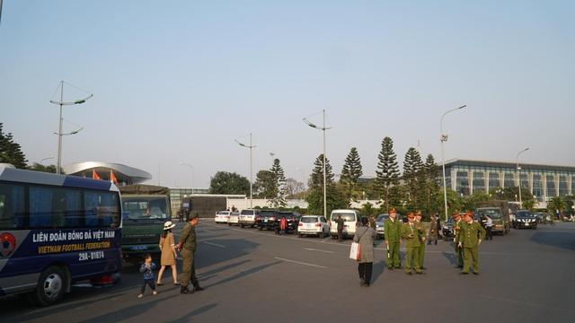 An ninh thắt chặt tại sân bay Nội Bài chờ đón ĐT bóng đá nữ và U22 Việt Nam - Ảnh 1.