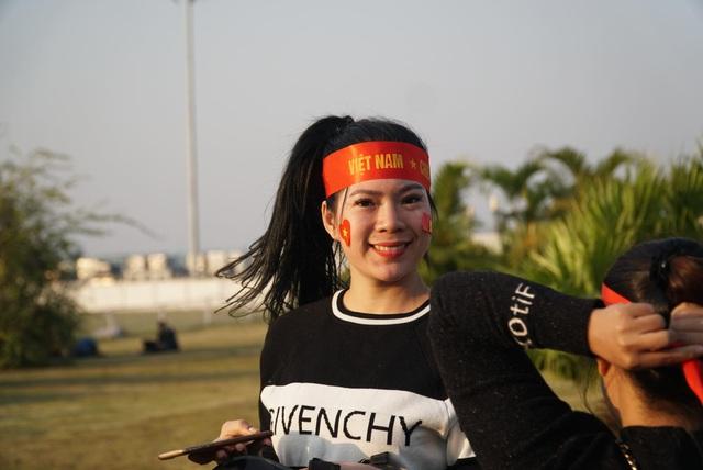 Các CĐV hâm nóng bầu không khí phía ngoài sân bay Nội Bài - Ảnh 3.