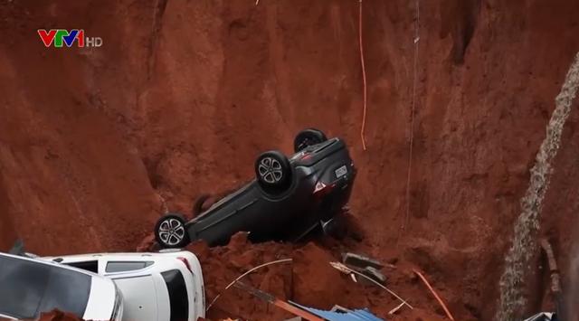 """Brazil: """"Hố tử thần"""" nuốt chửng 4 xe ô tô - Ảnh 1."""