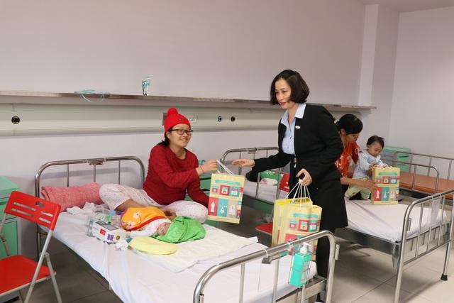 Trao quà cho những bệnh nhi mắc bệnh tim bẩm sinh tại Bệnh viện Nhi TƯ - Ảnh 4.