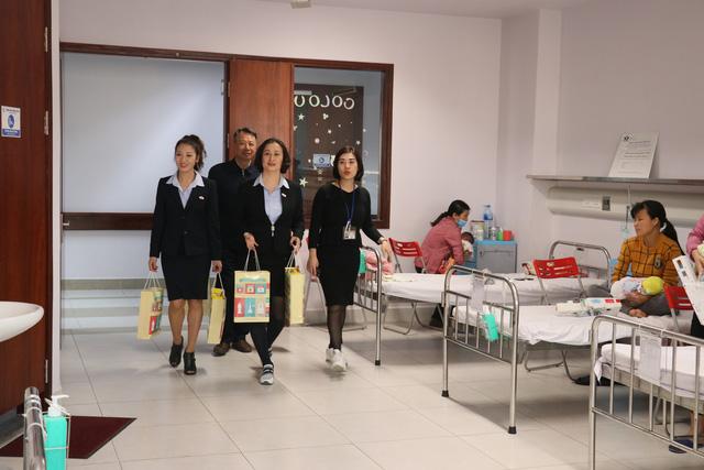 Trao quà cho những bệnh nhi mắc bệnh tim bẩm sinh tại Bệnh viện Nhi TƯ - Ảnh 6.