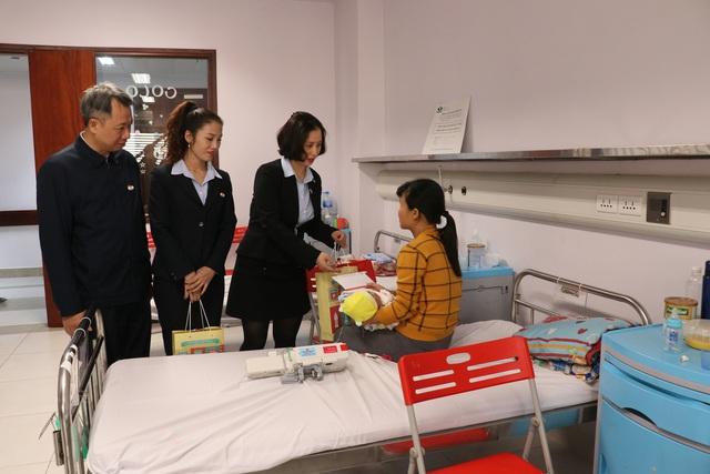 Trao quà cho những bệnh nhi mắc bệnh tim bẩm sinh tại Bệnh viện Nhi TƯ - Ảnh 7.