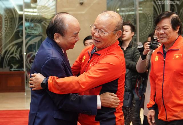 Chùm ảnh: Thủ tướng Nguyễn Xuân Phúc gặp đội tuyển bóng đá Việt Nam - Ảnh 1.