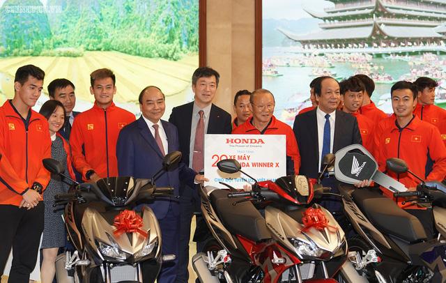 Chùm ảnh: Thủ tướng Nguyễn Xuân Phúc gặp đội tuyển bóng đá Việt Nam - Ảnh 12.