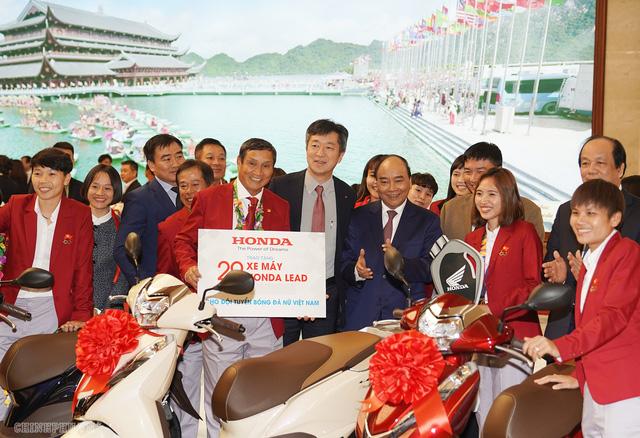 Chùm ảnh: Thủ tướng Nguyễn Xuân Phúc gặp đội tuyển bóng đá Việt Nam - Ảnh 13.
