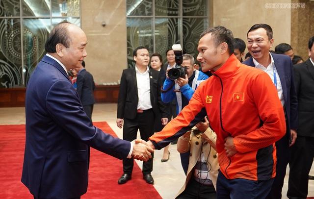 Chùm ảnh: Thủ tướng Nguyễn Xuân Phúc gặp đội tuyển bóng đá Việt Nam - Ảnh 3.