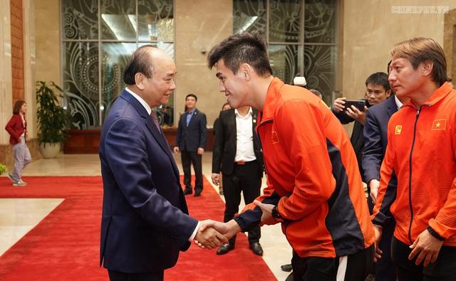 Chùm ảnh: Thủ tướng Nguyễn Xuân Phúc gặp đội tuyển bóng đá Việt Nam - Ảnh 4.