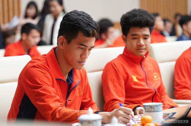 Chùm ảnh: Thủ tướng Nguyễn Xuân Phúc gặp đội tuyển bóng đá Việt Nam - Ảnh 8.