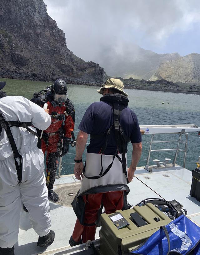 New Zealand triển khai thợ lặn tìm kiếm nạn nhân mất tích do núi lửa phun trào - Ảnh 1.