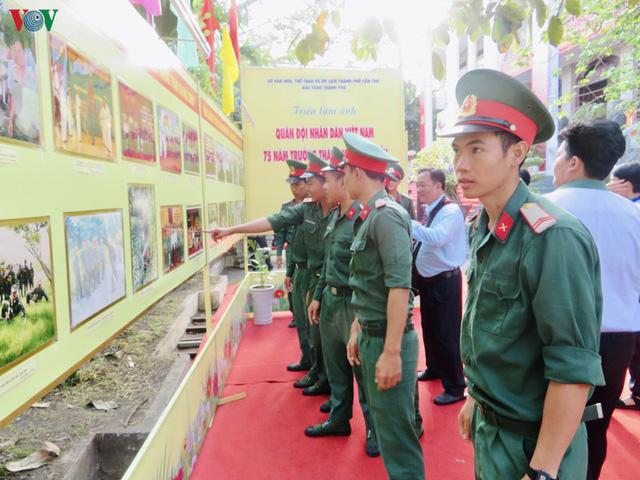 """Khai mạc triển lãm ảnh """"Đảng Cộng sản Việt Nam - 90 mùa Xuân lịch sử"""" - Ảnh 1."""