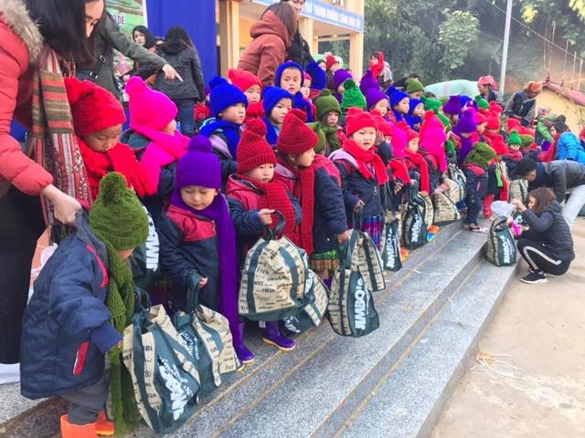 NSƯT Tố Nga đem mùa đông ấm đến trẻ em vùng cao Mù Cang Chải - Ảnh 5.