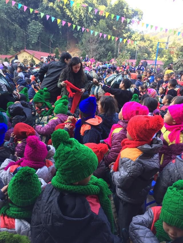 NSƯT Tố Nga đem mùa đông ấm đến trẻ em vùng cao Mù Cang Chải - Ảnh 2.