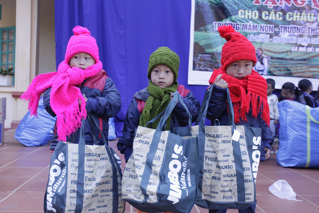 NSƯT Tố Nga đem mùa đông ấm đến trẻ em vùng cao Mù Cang Chải - Ảnh 4.