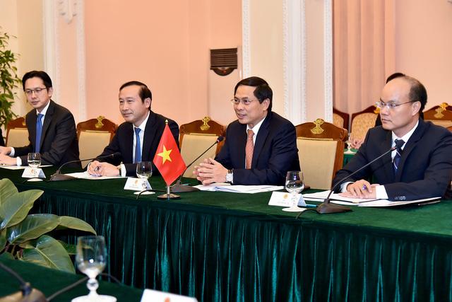 Công bố biểu tượng kỷ niệm 25 năm thiết lập quan hệ ngoại giao Việt Nam - Hoa Kỳ - Ảnh 1.