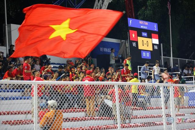 ẢNH: Rạng rỡ sắc màu CĐV Việt Nam trong chiến thắng kịch tính trước U22 Indonesia - Ảnh 5.