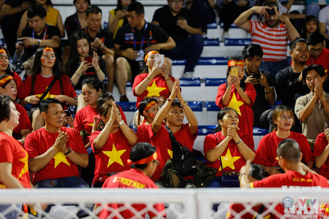 ẢNH: Rạng rỡ sắc màu CĐV Việt Nam trong chiến thắng kịch tính trước U22 Indonesia - Ảnh 4.