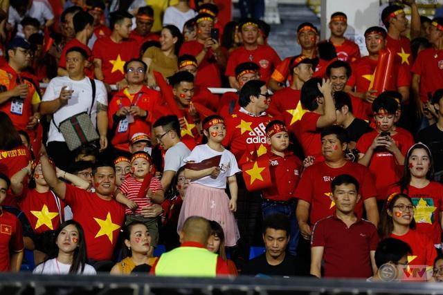 ẢNH: Rạng rỡ sắc màu CĐV Việt Nam trong chiến thắng kịch tính trước U22 Indonesia - Ảnh 3.