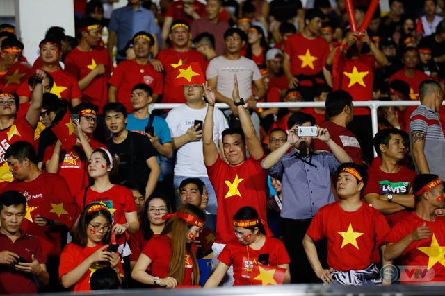 ẢNH: Rạng rỡ sắc màu CĐV Việt Nam trong chiến thắng kịch tính trước U22 Indonesia - Ảnh 2.