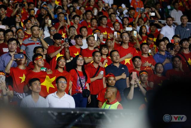 ẢNH: Rạng rỡ sắc màu CĐV Việt Nam trong chiến thắng kịch tính trước U22 Indonesia - Ảnh 1.
