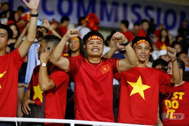 ẢNH: Rạng rỡ sắc màu CĐV Việt Nam trong chiến thắng kịch tính trước U22 Indonesia - Ảnh 18.