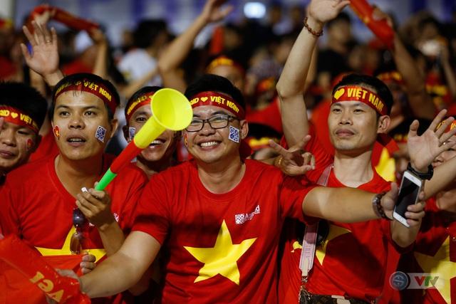 ẢNH: Rạng rỡ sắc màu CĐV Việt Nam trong chiến thắng kịch tính trước U22 Indonesia - Ảnh 17.