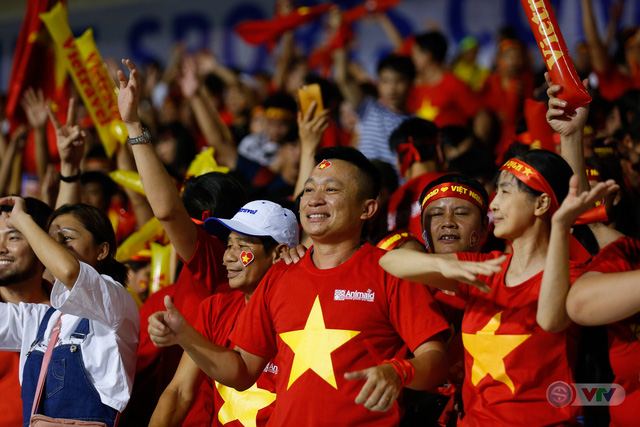 ẢNH: Rạng rỡ sắc màu CĐV Việt Nam trong chiến thắng kịch tính trước U22 Indonesia - Ảnh 16.