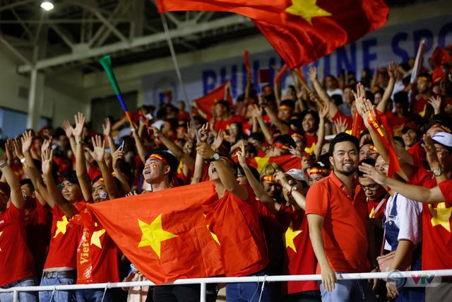 ẢNH: Rạng rỡ sắc màu CĐV Việt Nam trong chiến thắng kịch tính trước U22 Indonesia - Ảnh 15.