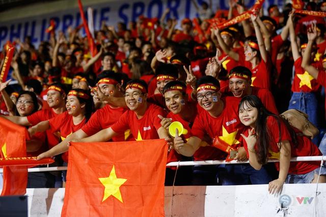 ẢNH: Rạng rỡ sắc màu CĐV Việt Nam trong chiến thắng kịch tính trước U22 Indonesia - Ảnh 14.
