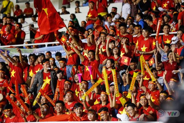 ẢNH: Rạng rỡ sắc màu CĐV Việt Nam trong chiến thắng kịch tính trước U22 Indonesia - Ảnh 12.