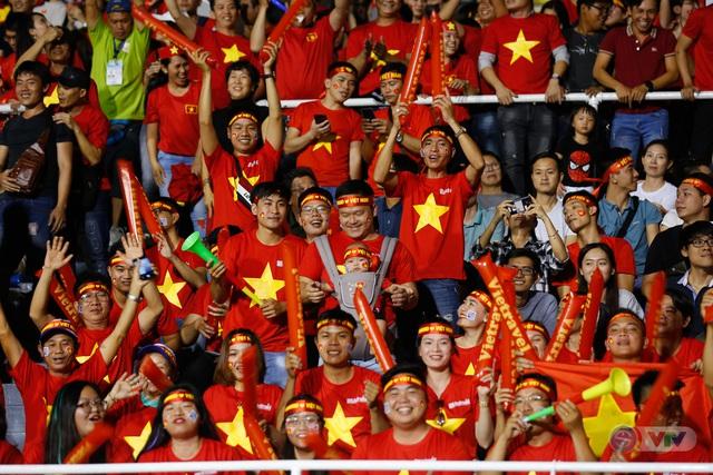 ẢNH: Rạng rỡ sắc màu CĐV Việt Nam trong chiến thắng kịch tính trước U22 Indonesia - Ảnh 11.