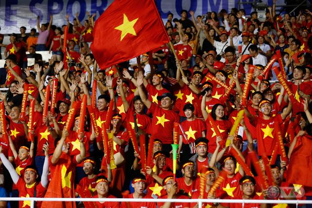 ẢNH: Rạng rỡ sắc màu CĐV Việt Nam trong chiến thắng kịch tính trước U22 Indonesia - Ảnh 10.