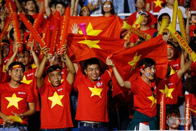 ẢNH: Rạng rỡ sắc màu CĐV Việt Nam trong chiến thắng kịch tính trước U22 Indonesia - Ảnh 13.