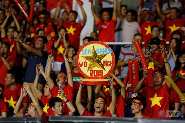 ẢNH: Rạng rỡ sắc màu CĐV Việt Nam trong chiến thắng kịch tính trước U22 Indonesia - Ảnh 9.