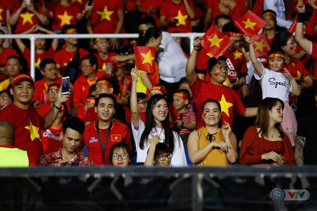 ẢNH: Rạng rỡ sắc màu CĐV Việt Nam trong chiến thắng kịch tính trước U22 Indonesia - Ảnh 7.