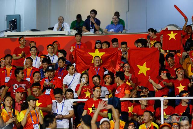 ẢNH: Rạng rỡ sắc màu CĐV Việt Nam trong chiến thắng kịch tính trước U22 Indonesia - Ảnh 6.