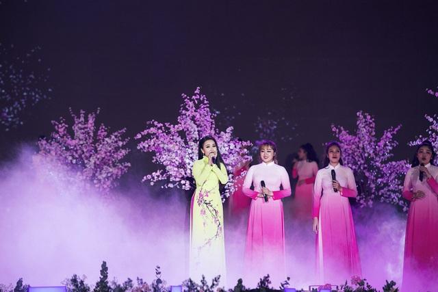 Vừa xuất viện, Cẩm Ly đội rét đi diễn Festival Hoa Đà Lạt 2019 - Ảnh 3.